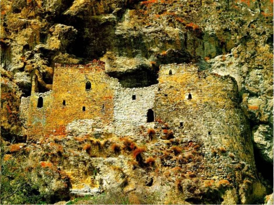 Дзивгисская наскальная крепость Северная Осетия фото