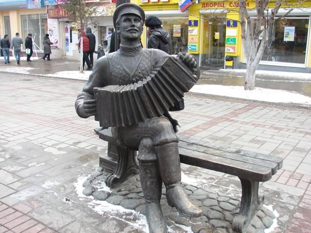 Памятник саратовской гармошке фото