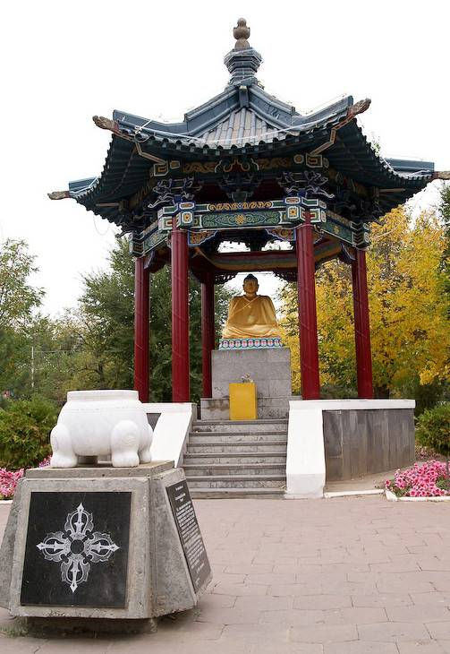 Статуи Будды Шакьямуни в Ротонде Элиста фото
