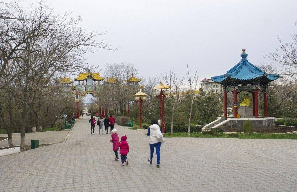 Статуя Будды рядом с Золотыми Воротами в Элисте